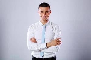 empresário de pé com os braços cruzados foto