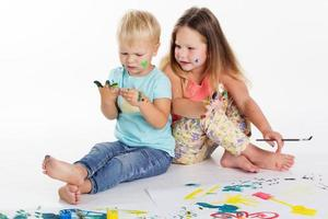 dois bebês estão desenhando com tintas aquarelas