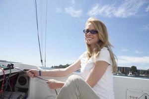 mulher puxando corda em um veleiro