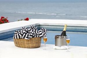 champanhe na piscina