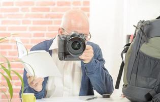 fotógrafo com a câmera e aviso