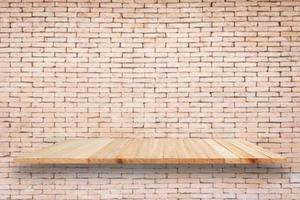 prateleiras de madeira vazias e fundo da parede de tijolo. para disp de produto