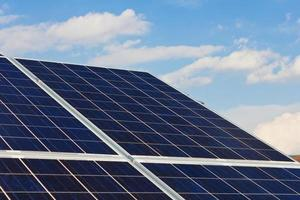 telhado com células de painéis solares foto