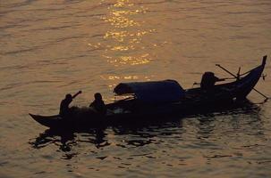 barco de pesca cambojano foto