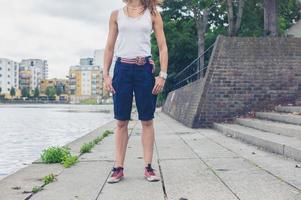 jovem mulher pela marina em área urbana