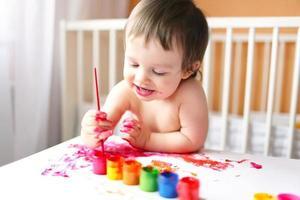 Bebê de 18 meses com tintas foto
