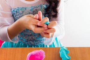 menina joga massa colorida
