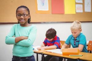 estudante sorridente, olhando para a câmera
