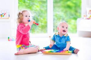 crianças fofas tocando música com xilofone foto