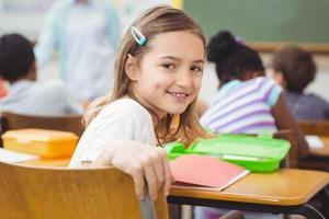 aluno sorrindo para a câmera durante a aula