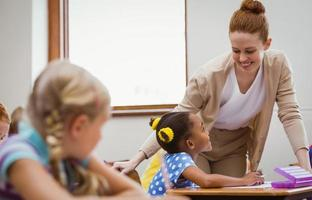 professor ajudando uma menina durante a aula