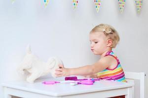 menina jogando papel de médico foto