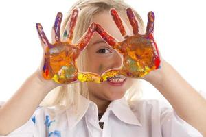 menina com as mãos pintadas para cima