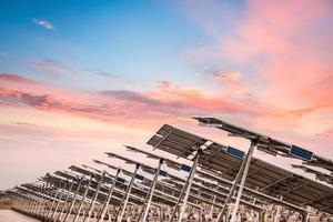fazenda de energia solar no pôr do sol