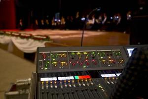 controles deslizantes da mesa de mixagem de áudio no teatro foto