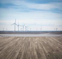 parque eólico em lamaçal com piso de madeira foto