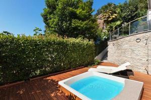 terraço com banheira de hidromassagem