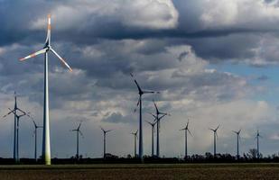 turbinas eólicas em um dia nublado foto