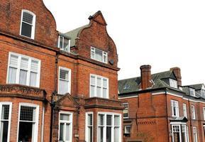 casas de tijolo vermelho na rua foto