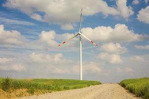 turbina eólica, calçada de cascalho em primeiro plano.