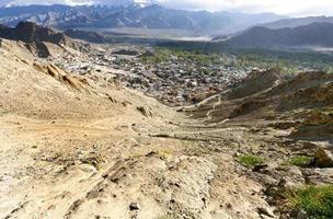 vista ampla do palácio leh, colina tsemo