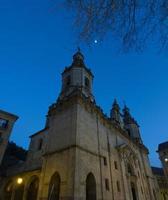igreja noturna e céu azul foto