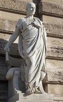 estátua de Roma papinianus na fachada do palazzo di giustizia foto