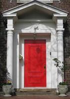 porta da frente vermelha foto