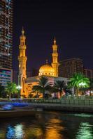 Mesquita Al Noor em Sharjah à noite foto