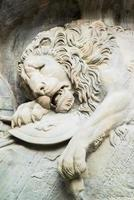 monumento do leão moribundo em lucerna, suíça foto