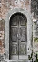 porta da frente velha na Itália foto