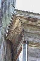 a parte da velha casa de madeira foto