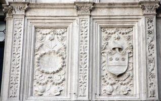 detalhe da fachada principal do pátio do palácio ducal (veneza) foto