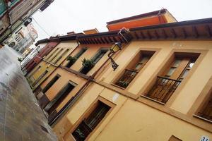 rua e fachada marrom foto