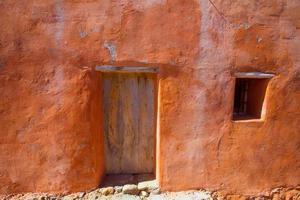 fachada laranja grunge de ibiza na praia de Benirras foto