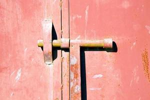 vermelho na África, a antiga casa de fachada de madeira e foto
