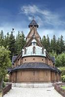 antigo templo de madeira wang em karpacz, polônia.