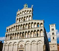 fachada da igreja san michele em foro, luca, itália foto