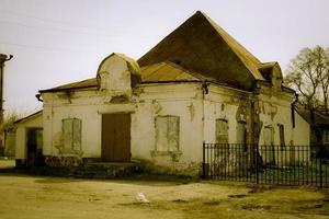 fachada de tijolo destruída loja de construção na província russa foto