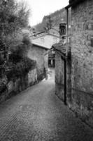 centro da cidade da velha vila de Oltrepo. foto preto e branco