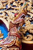 dragão na frente do templo foto