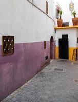 rua estreita fragmet em medina. centro histórico de tanger foto