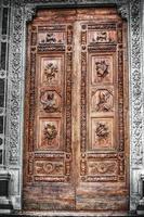 dessaturação seletiva da porta da frente de santa croce foto