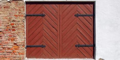antigo portão de madeira na fachada do edifício antigo. foto