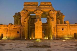 fachada do templo kom ombo à noite foto