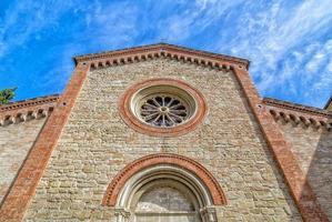 fachada da igreja paroquial católica de xiv na itália
