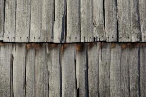 celeiro de madeira desgastado - telhas de fachada rachadas ao sol foto