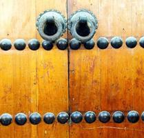Marrocos marrom na áfrica a fachada de madeira velha foto