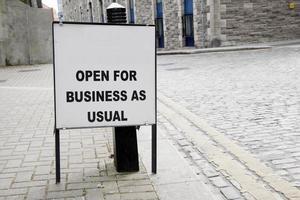 em branco aberto para sinal de negócios foto