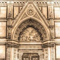 detalhe da catedral de santa croce em florença em tom sépia foto